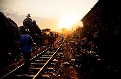 La voie de chemin de fer reliant Nairobi à l'ouest du pays passe en plein milieu du bidonville, et sert de rue principale.