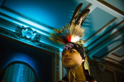 Cory, qui est originaire de la réserve Mistigouch de la Première Nation Micmaque et a vécu la plupart de sa vie à Montréal, est prêt à participer à un pow-wow d'hiver dans un hôtel du centre de Montréal. « J'essaie de participer à autant de pow-wows que je peux, je trouve ça stimulant. Plus les années passent plus je danse et ma timidité a plus ou moins disparue et a été remplacée par de la fierté. Je pense que ça aide beaucoup à faire la transition menant à s'impliquer davantage dans notre culture, surtout pour les jeunes. »